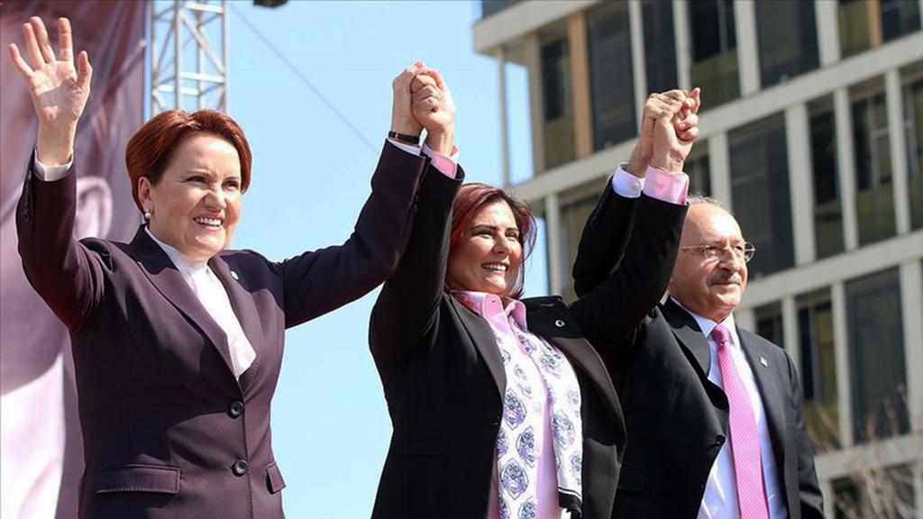 İYİ Parti Genel Başkanı Meral Akşener (solda) ve CHP Genel Başkanı Kemal Kılıçdaroğlu (sağda), Aydın'da düzenledikleri Millet İttifakı mitinginde ortak adayları olan CHP Aydın Büyükşehir Belediye Başkan  adayı  Özlem Çerçioğlu'na (ortada) oy istediler.