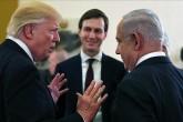 ABD Başkanı Donald Trump (solda) İsrail Başbakanı Benyamin Netanyahu (sağda) ve Üstdüzey ABD Başkan Danışmanı damadı Jared Kushner (ortada, arkada), Mayıs 2017'de Kudüs'teki King David Otel'de.