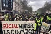 """Belçika'nın başkenti Brüksel'de """"Sosyal kış geliyor"""" sloganıyla sokağa çıkan sarı yelekliler."""