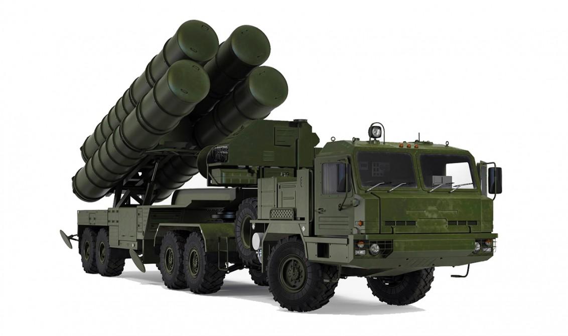Mobil bir hava savunma sistemi olan S-400, dört farklı ekipmandan oluşuyor: 1) Uzun menzilli izleme radarı 2) Komuta aracı 3) Angajman radarı 4) Fırlatma aracı. Resimde görünen ise dört numaralı ekipman.