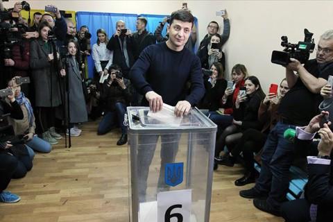 Ukrayna devlet başkanlığı için yapılan oylamada Vladimir Zelenskiy (ortada) yüzde 73,2 oy alarak devlet başkanlığı yarışını kazanırken Poroşenko ise aldığı yüzde 25,3 oy oranı ile seçimi kaybetti.