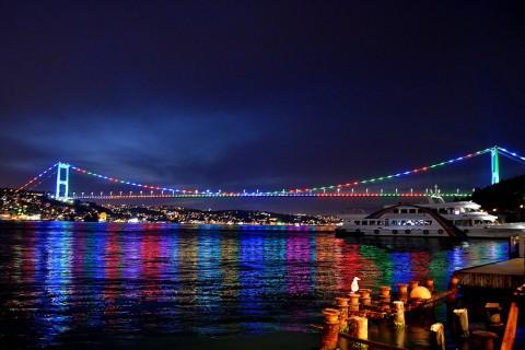 27 Mayıs 2019 | Azerbaycan Demokratik Cumhuriyeti'nin kuruluşunun yıl dönümü kapsamında 15 Temmuz Şehitler, Fatih Sultan Mehmet, ve Yavuz Sultan Selim Köprüsü, Azerbaycan bayrağının renkleriyle ışıklandırıldı. (AA)