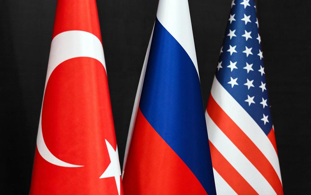 Türk, Rus ve ABD bayrakları