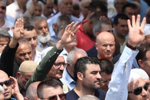 18 Haziran 2019, Ankara | Mısır'ın Ankara Büyükelçiliği yakınında toplanan çeşitli sivil toplum kuruluşlarının üyeleri ise ellerinde Rabia işareti ile yazılı dövizler taşıdı. (AA)