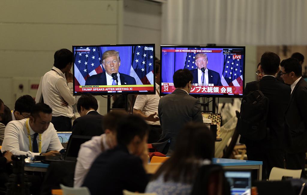 29 Haziran 2019 | ABD Başkanı Donald Trump, G20 Osaka Liderler Zirvesi'nde basın toplantısı düzenledi. Trump'ın basın toplantısını, INTEX Osaka Fuar Merkezi'ndeki Uluslararası Basın Merkezi'ndeki gazeteciler de ekrandan takip etti.