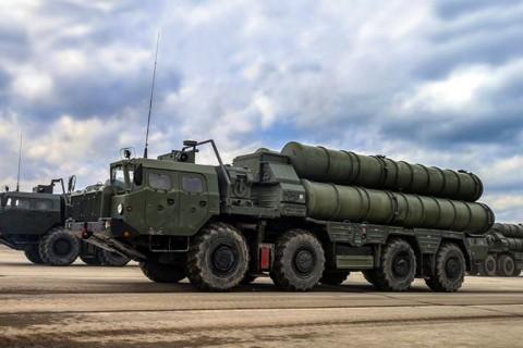 S-400 Triumf, orta menzilli hava savunma sistemi S-300'den geliştirilmiş yeni nesil Rus yapımı bir kısa-orta-uzun menzilli hava savunma füze sistemi.