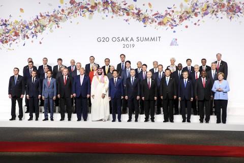 28 Haziran 2019 | Japonya'nın Osaka kentinde düzenlenen G20 Liderler Zirvesi kapsamında katılımcı liderler aile fotoğrafı çektirdi. Türkiye Cumhurbaşkanı Recep Tayyip Erdoğan(1.sıra sol4), ABD Başkanı Donald Trump (1.sıra sol5), Almanya Başbakanı Angela Merkel (1.sıra sağ), Çin Devlet Başkanı Şi Cinping (1.sıra sağ4) , Fransa Cumhurbaşkanı Emmanuel Macron ( 1.sıra sol2) , Rusya Devlet Başkanı Vladimir Putin ( 1.sıra sağ5) , Suudi Arabistan Veliaht Prensi Muhammed bin Selman (1.sıra sol6) , Singapur Başbakanı Lee- Hsien Loong (2.sıra sağ) , Japonya Başbakanı Shinzo Abe (1.sıra sol7) , İngiltere Başbakanı Therasa May (2.sıra sol5) , İspanya Başbakanı Pedro Sanchez (2.sıra-sol) ve Uluslararası Para Fonu (IMF) Başkanı Christine Lagarde (3.sıra-sağ4) aile fotoğrafı çekiminde yer aldı.