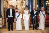 4 Haziran 2019 |  İngiltere Kraliçesi II. Elizabeth (sol 2), ABD Başkanı Donald Trump'ın (solda) onuruna Buckingham Sarayı'nda akşam yemeği verdi. Yemeğe, ABD Başkanı ve eşi Melania Trump'ın (ortada) yanı sıra Trump'ın 4 yetişkin çocuğu ve çocuklarının eşleri katıldı. (AA)