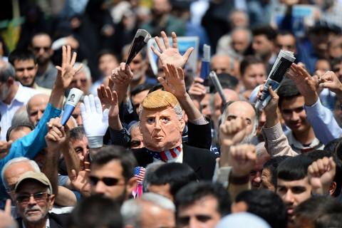 10 Mayıs 2019 | İran hükümetinin nükleer anlaşmadaki taahhütlerini kısmen durdurma kararına destek amacıyla başkent Tahran'da gösteri düzenlendi. Tahran Üniversitesi yerleşkesinde kılınan cuma namazının ardından toplanan kalabalık, ABD yönetimini protesto ederek nükleer faaliyetlerin yeniden başlatılması kararına destek verdi. Göstericiler, ABD Başkanı Donald Trump'ın kuklasını taşıdı.