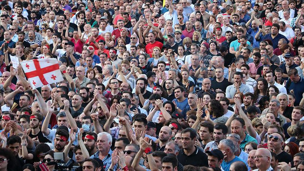 Gürcistan'da 20 Haziran 2019 günü 26. Parlamentolar Arası Ortodoks Meclisi Genel Kurulu toplantısı düzenlendi. Toplantıya Parlamentolar Arası Ortodoks Meclisi Başkanı, Rus milletvekili Sergey Gavrilov başkanlığındaki Rus heyeti de katıldı. Toplantıyı açan Gavrilov'un parlamento başkanı koltuğuna oturması ve parlamentoya Rusça hitap etmesi, Gürcü muhalifler tarafından öfkeyle karşılandı. Bu noktadan sonra, başlayan toplumsal protesto gösterileri kısa sürede kontrolü zor bir hale dönüştü.
