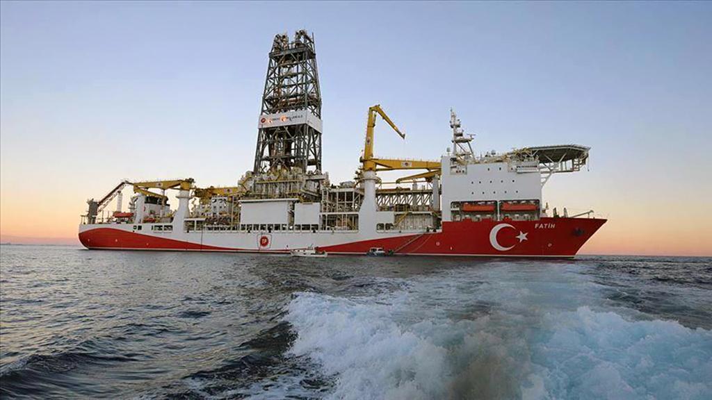 Fatih Sondaj Gemisi. Önceki adı Deepsea Metro II olan gemi 2011 Güney Kore yapımıdır. 2017 yılında Norveçli bir şirketten satınalınan geminin ismi Mayıs 2018'de Fatih olarak değiştirildi. Türkiye Petrolleri Anonim Ortaklığı'nın sahibi ve işletmecisi olduğu ultra derinsu sondaj gemisi 229 metre uzunluğundadır ve denizlerde 12.120 metre derinliğe kadar sondaj yapabilme kabiliyetine sahiptir. Doğu Akdeniz'de görev alan Fatih gemisi Haziran 2020'de ilk Karadeniz görevinde 320 milyar m3 doğalgaz keşfetti.