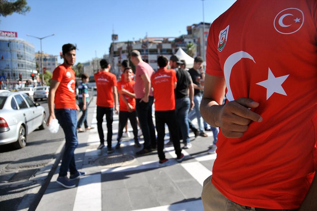 Şanlıurfa'da bir grup Suriyeli, provokasyonlara karşı vatandaşlara gül ve su dağıttı.