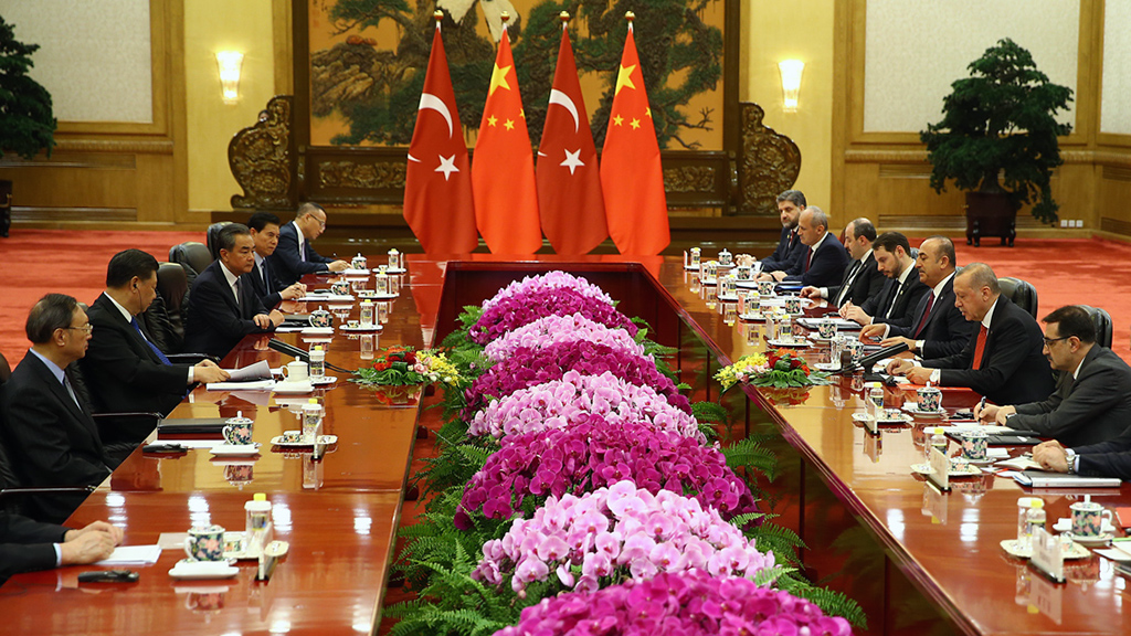 2 Temmuz 2019 | Türkiye Cumhurbaşkanı Recep Tayyip Erdoğan ile Çin Halk Cumhuriyeti Devlet Başkanı Şi Cinping bir araya geldi.  Büyük Halk Salonu'nda basına kapalı gerçekleştirilen baş başa ve heyetler arası görüşmeler, 1 saat 10 dakika sürdü.