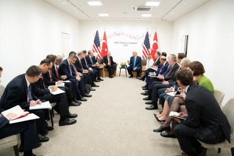 29 Haziran 2019 | Türkiye Cumhurbaşkanı Recep Tayyip Erdoğan (orta solda), G20 Osaka Liderler Zirvesi kapsamında ABD Başkanı Donald Trump (orta sağda) ile bir araya geldi. Görüşmede, Dışişleri Bakanı Mevlüt Çavuşoğlu (sol 9), Milli Savunma Bakanı Hulusi Akar (sol 7), Hazine ve Maliye Bakanı Berat Albayrak (sol 8) ve MİT Başkanı Hakan Fidan (sol 5), AK Parti Genel Başkan Yardımcısı Cevdet Yılmaz (sol 4), Cumhurbaşkanlığı İletişim Başkanı Fahrettin Altun (sol 3), Cumhurbaşkanlığı Sözcüsü İbrahim Kalın (sol 2) ve Savunma Sanayi Müsteşarı İsmail Demir (solda) de yer aldı.