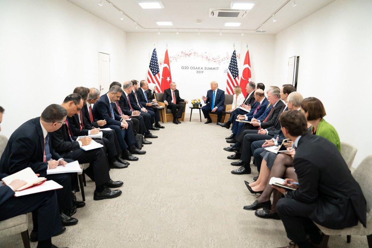Türkiye Cumhurbaşkanı Recep Tayyip Erdoğan (orta solda), G20 Osaka Liderler Zirvesi kapsamında ABD Başkanı Donald Trump (orta sağda) ile bir araya geldi. Görüşmede, Dışişleri Bakanı Mevlüt Çavuşoğlu (sol 8), Milli Savunma Bakanı Hulusi Akar (sol 6), Hazine ve Maliye Bakanı Berat Albayrak (sol 7) ve MİT Başkanı Hakan Fidan (sol 4), AK Parti Genel Başkan Yardımcısı Cevdet Yılmaz (sol 5), Cumhurbaşkanlığı İletişim Başkanı Fahrettin Altun (sol 2), Cumhurbaşkanlığı Sözcüsü İbrahim Kalın (solda) ve Savunma Sanayi Müsteşarı İsmail Demir (sol 3) de yer aldı.