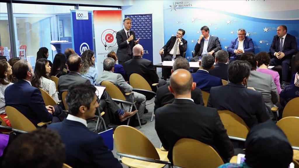 """15 Temmuz anma etkinlikleri çerçevesinde Brüksel'deki Basın Kulübü'nde Türkiye'nin Brüksel Büyükelçiliği, Anadolu Ajansı (AA) ve Siyaset, Ekonomi ve Toplum Araştırmaları Vakfı (SETA) iş birliğinde, """"Darbe Girişiminin 3'üncü Yılında Fetullahçı Terör Örgütü'nü (FETÖ) Anlamak"""" konulu panel düzenlendi."""