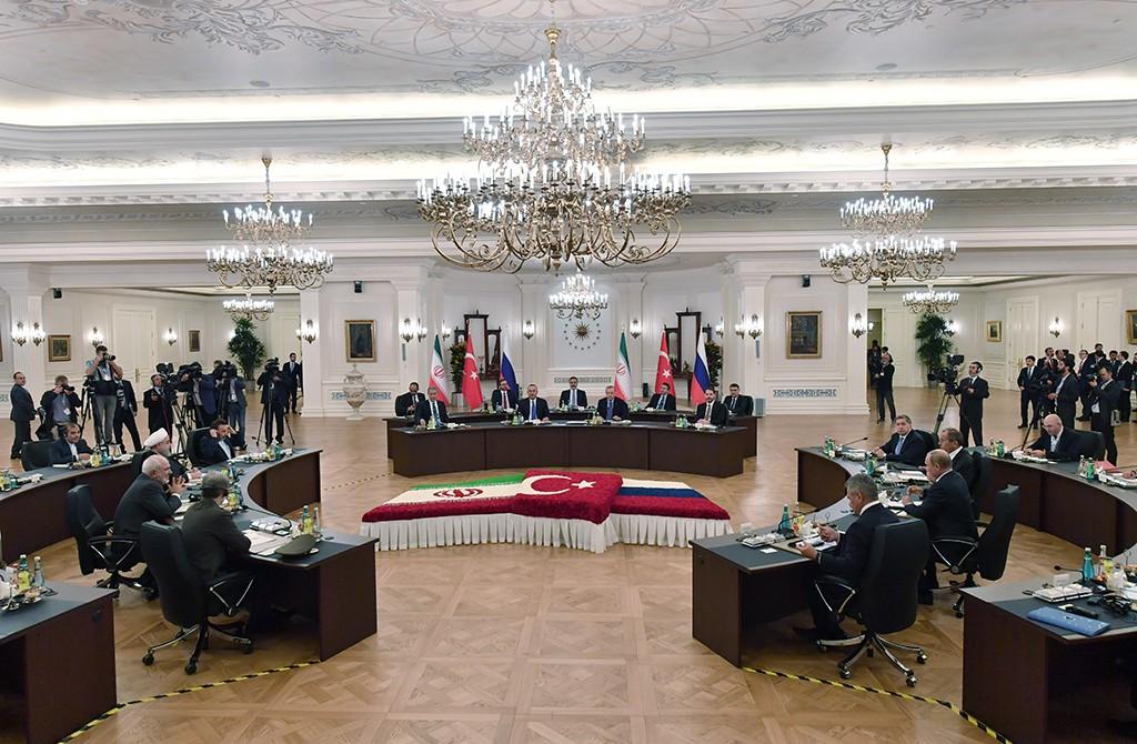 16 Eylül 2019   Türkiye Cumhurbaşkanı Recep Tayyip Erdoğan, Rusya Devlet Başkanı Vladimir Putin ve İran Cumhurbaşkanı Hasan Ruhani'nin katılımıyla gerçekleştirilen Türkiye-Rusya-İran Üçlü Zirvesi Çankaya Köşkü'nde gerçekleşti. Erdoğan, Putin ve Ruhani, zirvenin basına açık bölümünde açıklamalarda bulundu.