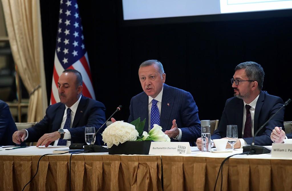 Birleşmiş Milletler 74'üncü Genel Kurul görüşmeleri için ABD'nin New York kentinde bulunan Türkiye Cumhurbaşkanı Recep Tayyip Erdoğan (ortada), SETA (Siyaset Ekonomi ve Toplum Araştırmaları Vakfı) ve Doğu Batı Enstitüsü'nün düzenlediği toplantıya katıldı. Cumhurbaşkanı Erdoğan, toplantıda konuşma yaptı. Erdoğan'a Dışişleri Bakanı Mevlüt Çavuşoğlu (solda) ve SETA Genel Koordinatörü Prof. Dr. Burhanettin Duran (sağda) eşlik etti.