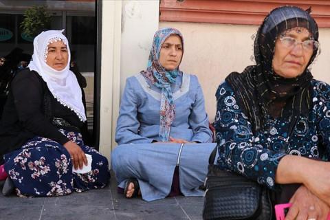Diyarbakır'da çocuklarının HDP'lilerce dağa kaçırıldığını iddia ederek HDP İl Başkanlığı önünde oturma eylemi başlatan Fevziye Çetinkaya, Remziye Akkoyun ve Ayşegül Biçer, bugün de parti binası önüne geldi. Ailelere yakınları da destek veriyor.