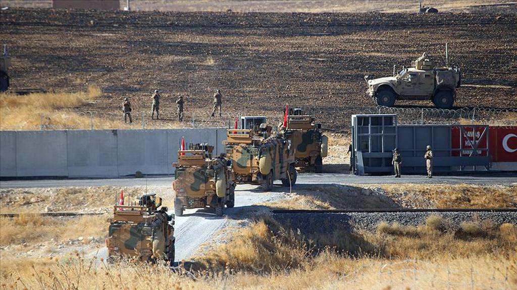 Türk Silahlı Kuvvetleri (TSK) ve ABD Silahlı Kuvvetleri unsurları, Suriye'de Fırat'ın doğusunda güvenli bölge birinci safha uygulamaları kapsamında ortak devriyeye çıkmak üzereyken.