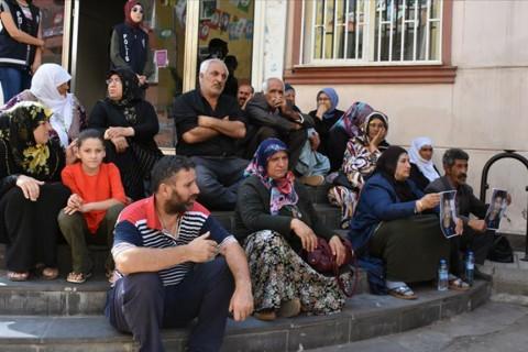 Diyarbakır annelerinin oturma eylemine katılım sürüyor. Çocukları dağa kaçırılan Diyarbakır annelerinin, HDP il binası önünde başlattığı oturma eylemine katılan aile sayısı 13'e yükseldi.