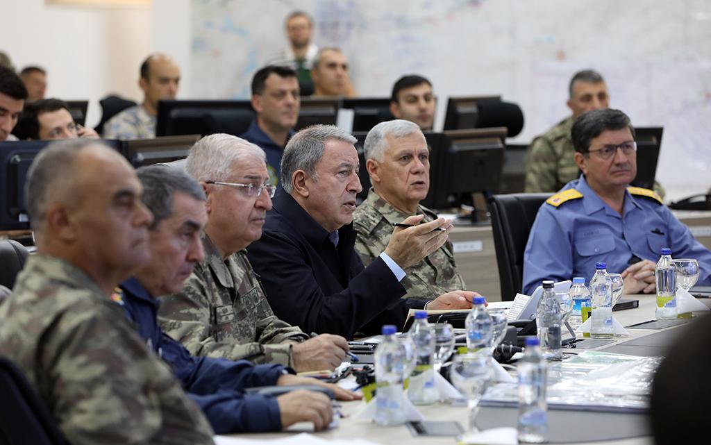 12 Ekim 2019 | Milli Savunma Bakanı Hulusi Akar ve TSK Komuta Kademesi, Kara Kuvvetleri Komutanlığının sınır hattı yakınındaki Harekat Merkezine gelerek Barış Pınarı Harekatı'ndaki son durumu bir kez de sahada inceledi. Bakan Akar, faaliyetlere ilişkin bilgi aldı ve talimatlar verdi.