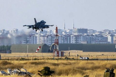 9 Ekim 2019 | Türk Silahlı Kuvvetleri'nin (TSK), Suriye Milli Ordusu'yla birlikte Suriye'nin kuzeyinde YPG/PKK ve DEAŞ terör örgütlerine karşı Barış Pınarı Harekatı'nı başlatmasının ardından Diyarbakır 8. Ana Jet Üssü'nde hava hareketliliği yaşanıyor. (AA)