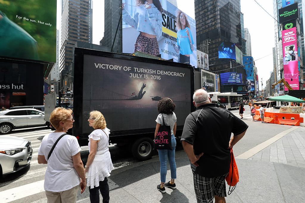 11 Temmuz 2019 | ABD'nin en ünlü meydanlarından New York'taki Times  Meydanı'nda dolaşan dijital ekranlı kamyonetteki görsellerle, 15 Temmuz darbe  girişimi, ABD'lilere ve turistlere anlatıldı.