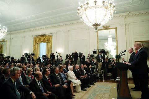 13 Kasım 2019 | Türkiye Cumhurbaşkanı Recep Tayyip Erdoğan ve ABD Başkanı Donald Trump, Beyaz Saray'da baş başa ve heyetler arası görüşmelerin ardından ortak basın toplantısı düzenledi. Basın toplantısını (sağdan sola) MHP Genel Başkan Yardımcısı İsmail Faruk Aksu, AK Parti Genel Başkan Yardımcısı Mahir Ünal, Ticaret Bakanı Ruhsar Pekcan, Milli Savunma Bakanı Hulusi Akar, Hazine ve Maliye Bakanı Berat Albayrak, Dışişleri Bakanı Mevlüt Çavuşoğlu, Cumhurbaşkanı Erdoğan'ın eşi Emine Erdoğan, ABD Başkanı Trump'ın eşi Melania Trump, ABD Dışişleri Bakanı Mike Pompeo izledi.