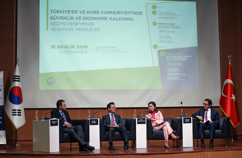 """Siyaset, Ekonomi ve Toplum Araştırmaları Vakfı (SETA) ile Kore Cumhuriyeti İstanbul Başkonsolosluğu iş birliğinde, """"Türkiye'de ve Kore Cumhuriyeti'nde Güvenlik ve Ekonomik Kalkınma: Geçmiş Deneyimler ve Güncel Meseleler"""" konulu toplantı düzenlendi. SETA Ekonomi Araştırmaları Direktörü Nurullah Gür'ün (solda) moderatörlüğünde gerçekleşen """"Kore Yarımadası ve Orta Doğu'da Nükleer ve Güvenlik Sorunlarının Dünü Bugünü ve Geleceği"""" başlıklı ikinci oturuma İbn Haldun Üniversitesi Siyaset Bilimi ve Uluslararası İlişkiler Bölüm Başkanı Doç. Dr. Talha Köse (sağda), Kore Cumhuriyeti İstanbul Başkonsolosu Jessy Yeunju Jang (sağ 2) ile Boston Koleji Öğretim Üyesi Prof. Dr. Ingu Hwang (sol 2) katıldı."""