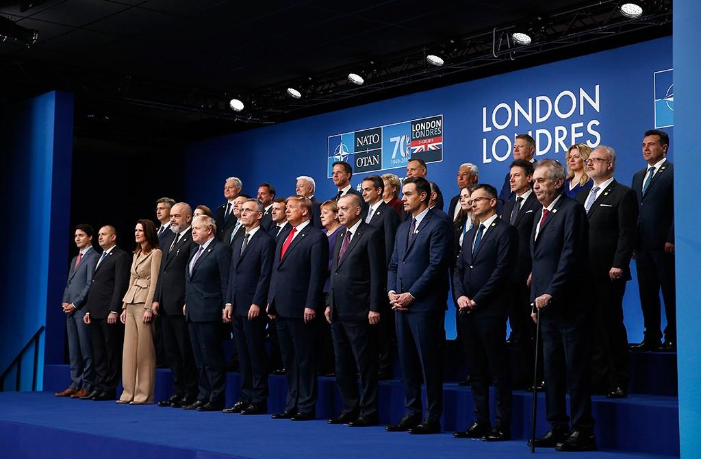 4 Aralık 2019 | Türkiye Cumhurbaşkanı Recep Tayyip Erdoğan (sağ 4), ABD Başkanı Donald Trump (sağ 5), İspanya Başbakanı Pedro Sanchez (sağ 3), İngiltere Başbakanı Boris Johnson (sol 5) ve NATO Genel Sekreteri Jens Stoltenberg (sol 6) NATO Devlet ve Hükümet Başkanları Zirvesi kapsamında aile fotoğrafı çekimine katıldı.