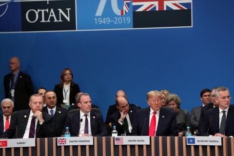 4 Aralık 2019 | NATO Devlet ve Hükümet Başkanları Zirvesi, gerçekleştirildi. Zirveye Türkiye Cumhurbaşkanı Recep Tayyip Erdoğan (solda), NATO Genel Sekreteri Jens Stoltenberg (sağda), ABD Başkanı Donald Trump (sağ 2) ve İngiltere Dışişleri Bakanı Dominic Raab (sol 2) da katıldı.
