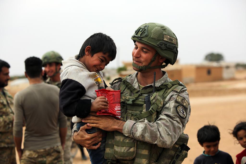 1 Aralık 2019 | Türk Silahlı Kuvvetleri (TSK), Suriye'nin kuzeyinde YPG/PKK terör örgütünden temizlenen Tel Abyad ilçesinin kırsalındaki sivillere gıda ve sağlık yardımında bulundu. Bu kapsamda ilçenin güney kırsalında ihtiyaç sahiplerine temel gıda malzemeleri dağıtıldı.
