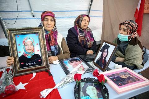 12 Aralık 2019 | Diyarbakır annelerinin, dağa kaçırılan çocuklarına kavuşma ümidiyle HDP İl Başkanlığı binası önündeki evlat nöbeti devam ediyor.