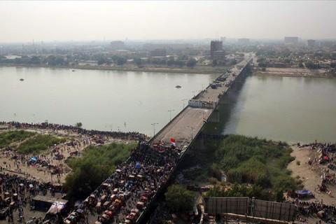 Bağdat'ta Yeşil Bölgeye giden Cumhuriyet Köprüsü'ndeki göstericiler.