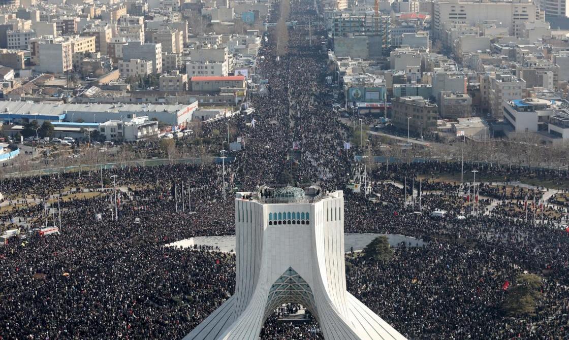 6 Ocak 2020   İran Devrim Muhafızları Ordusu'na bağlı Kudüs Gücü Komutanı Kasım Süleymani için başkent Tahran'da cenaze töreni düzenlendi.  İran lideri Ali Hamaney, Tahran Üniversitesi kampüsünde Süleymani'nin cenaze namazını kıldırdı. Cumhurbaşkanı Hasan Ruhani, İran Meclis Başkanı Ali Laricani, siyasi ve askeri yetkililer de cenaze törenine katıldı.  Hamas Hareketi Siyasi Büro Başkanı İsmail Heniyye, Süleymani'nin kızı Zeynep Süleymani, cenaze töreninde yaptıkları konuşmada ABD'ye tepki gösterdi.
