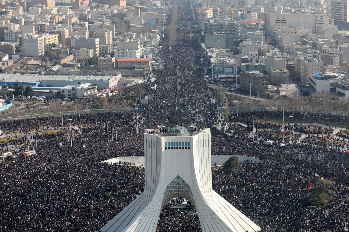 6 Ocak 2020 | İran Devrim Muhafızları Ordusu'na bağlı Kudüs Gücü Komutanı Kasım Süleymani için başkent Tahran'da cenaze töreni düzenlendi.  İran lideri Ali Hamaney, Tahran Üniversitesi kampüsünde Süleymani'nin cenaze namazını kıldırdı. Cumhurbaşkanı Hasan Ruhani, İran Meclis Başkanı Ali Laricani, siyasi ve askeri yetkililer de cenaze törenine katıldı.  Hamas Hareketi Siyasi Büro Başkanı İsmail Heniyye, Süleymani'nin kızı Zeynep Süleymani, cenaze töreninde yaptıkları konuşmada ABD'ye tepki gösterdi.