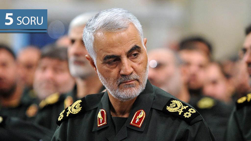 3 Ocak 2020 | ABD Savunma Bakanlığı (Pentagon), ABD Başkanı Donald Trump'ın talimatı ile düzenlenen operasyonda İran Devrim Muhafızları Ordusu'na (DMO) bağlı Kudüs Gücü Komutanı General Kasım Süleymani'nin (fotoğrafta) öldürüldüğünü açıkladı. Kasım Süleymani, İran'ın Dini Lideri Ayetullah Ali Hamaney'in İran'ın başkenti Tahran'da Devrim Muhafızları ile gerçekleştirdiği görüşmede. (Arşiv)
