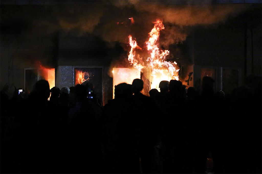31 Aralık 2019 | Irak'ta Şii milis gücü Haşdi Şabi yanlısı göstericiler, ABD yönetiminin Haşdi Şabi'ye bağlı Hizbullah Tugayları'na düzenlediği saldırıyı başkent Bağdat'taki ABD Büyükelçiliği önünde protesto etti. Göstericiler, ABD Büyükelçiliği binasına zarar verdi.