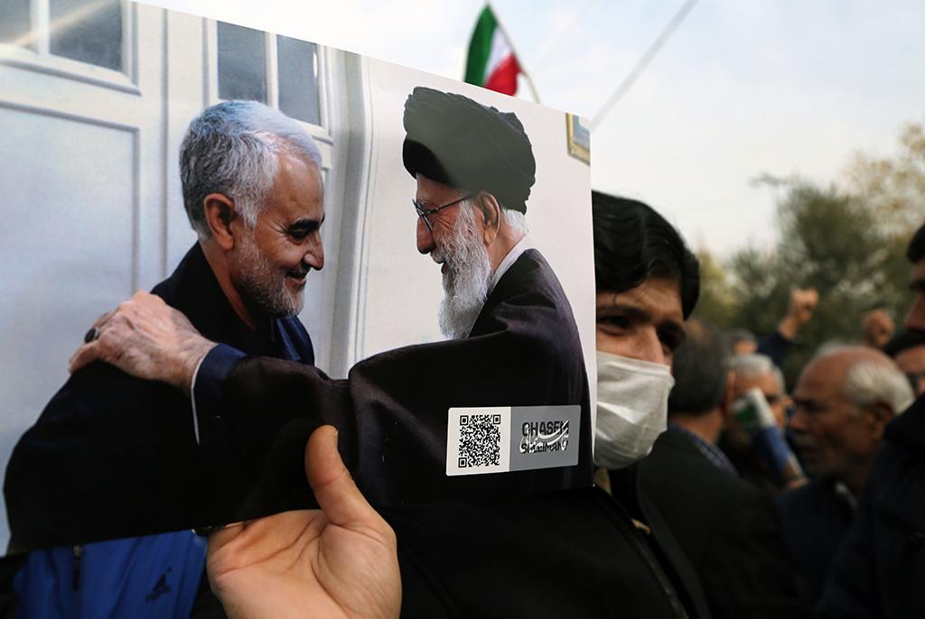 3 Ocak 2020 | İran'ın başkenti Tahran'daki İmam Humeyni Musalla Camisi'nde cuma namazı sonrası ABD karşıtı gösteri düzenlendi. Gösterilerde, Devrim Muhafızları Ordusu'na bağlı Kudüs Gücü Komutanı Kasım Süleymani'nin, ABD tarafından öldürülmesine tepki gösterildi. Bir İranlı, Kasım Süleymani ve İran dini lideri Ali Hamaney'nin fotoğraflarını taşıdı.