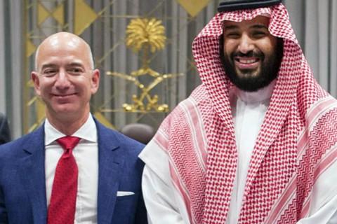 23 Ocak 2020 | ABD'nin Wall Street Journal gazetesine konuşan adları açıklanmayan Suudi yetkililer, Amazon Üst Yöneticisi ve Washington Post gazetesinin sahibi Jeff Bezos'un telefonun hacklenmesine ilişkin planlardan haberdar olduklarını söyledi.  Yetkililer, hackleme operasyonunu Veliaht Prens'in eski danışmanı ve eski Kraliyet Divanı Müsteşarı Suud el-Kahtani'nin organize ettiğini, bunun gazeteci Cemal Kaşıkçı'ya yönelik daha geniş baskı kampanyasının parçası olduğunu öne sürdü.  Özel siber güvenlik şirketi FTI Consulting, 1 Mayıs 2018'de Suudi Arabistan Veliaht Prensi Muhammed Bin Selman'ın WhatsApp hesabından gönderilen bir MP4 video dosyasını, Bezos'un kişisel telefonunda açmasının ardından, telefonda anormal ve olağan dışı etkinlik tespit edildiği ve sonraki aylarda büyük miktarda verinin telefondan dışa aktarıldığını belirlemişti.  Şirketin hazırladığı raporu inceleyen Birleşmiş Milletler (BM) Yargısız ve Keyfi İnfazlar Özel Raportörü Agnes Callamard ile BM İfade Özgürlüğü Özel Raportörü David Kaye, yaptıkları ortak açıklamada, iddialarla ilgili derhal soruşturma açılması çağrısında bulunmuştu.