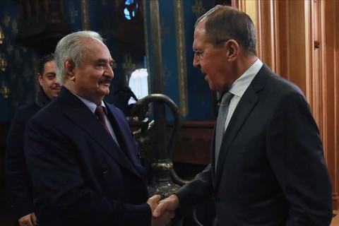 13 Ocak 2020   Rusya Dışişleri Bakanı Sergey Lavrov (sağda) ve Rusya Savunma Bakanı Sergey Şoygu, Libya'nın doğusundaki gayrı meşru silahlı güçlerin başındaki Halife Hafter'le (solda) Rusya'nın başkenti Moskova'da bir araya gelmişti. Hafter'in, Moskova'dan ateşkes anlaşmasını imzalamadan ayrılması, farklı şekillerde yorumlandı.