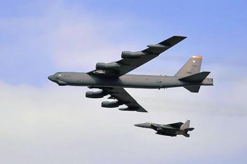 7 Ocak 2020 | İran ile gerilimin tırmanması üzerine ABD Savunma Bakanlığının (Pentagon), Hint Okyanusu'ndaki Deigo Garcia adasına 6 B-52 tipi nükleer kapasiteli bombardıman uçağı göndereceği iddia edildi.  Amerikan CNN televizyonuna konuşan bir ABD yetkilisi, İran ile gerilimin daha da tırmanmasına karşı tedbir amaçlı Diego Garcia adasına 6 B-52 uçağının gönderileceğini ifade etti.  Yetkili, İran'a müdahale etmek üzere uçakların hazır bekletileceğini ancak henüz bir operasyon talimatı verilmediğini de belirtti.  Diego Garcia adası Hint alt kıtasının güneydinde ve İran'ya yaklaşık 4 bin kilometre mesafede yer alıyor.  ABD'nin B-52 uçaklarını bölgedeki bir üsse değil de Hint Okyanusu'ndaki bir adaya yollamayı planlama nedeninin, söz konusu adanın İran'ın 2 bin kilometrelik Şehab ve 2 bin 500 kilometrelik Sumar seyir füzelerinin menzilinin dışında kalması olduğu kaydediliyor.