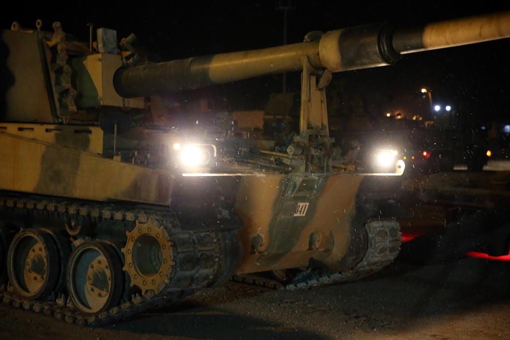 11 Şubat 2020 | Türk Silahlı Kuvvetleri (TSK), İdlib'deki gözlem noktalarına sınırdaki yoğun kar yağışı altında obüs ve komando sevk etti.Burada askeri personeller tarafından tırlardan indirilen obüsler, İdlib'deki gözlem noktalarına gönderilmek üzere sınır birliklerine yönlendirildi.