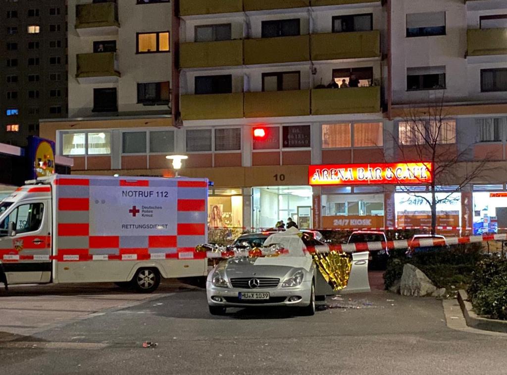 20 Şubat 2020 | Almanya'nın Hessen eyaletindeki Hanau kentinde ırkçı silahlı terör saldırısının gerçekleştirildiği yerde olay yeri inceleme çalışmaları ertesi günün gecesinde de devam etti.