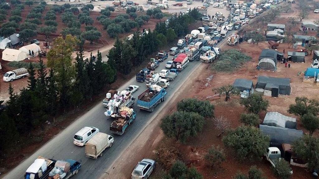 İdlib'de Rusya, Beşşar Esed rejimi ve İran destekli grupların saldırıları nedeniyle Türkiye sınırına göç eden siviller.
