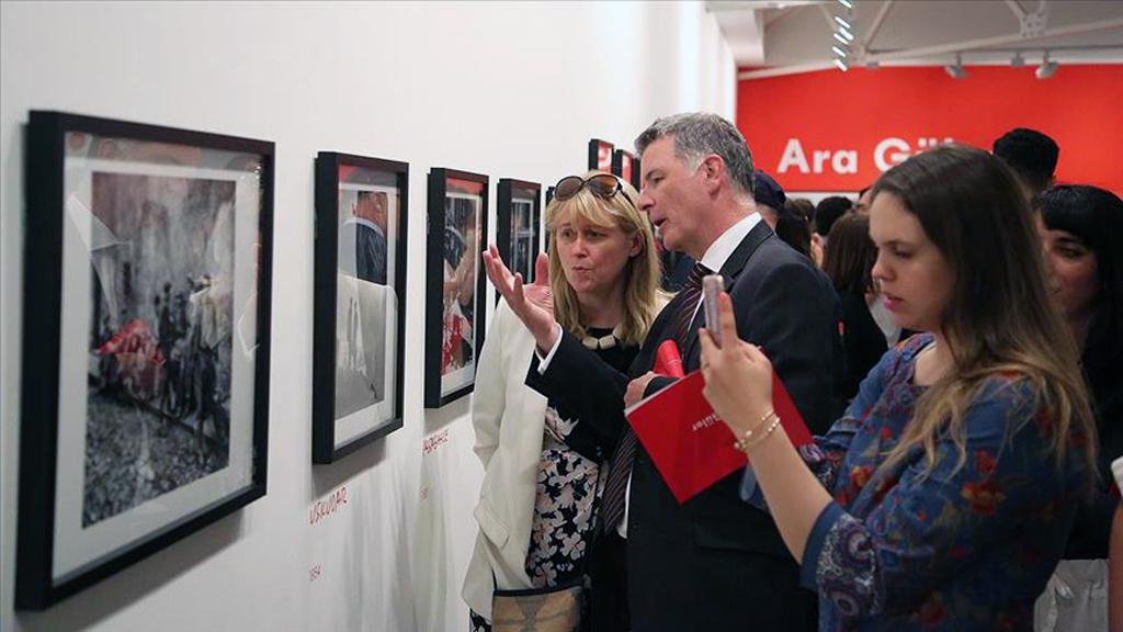 Cumhurbaşkanlığı tarafından düzenlenen Ara Güler sergisi Londra'da, İstanbul fotoğrafları ile İngiltere tarihine ve sanatına damga vurmuş Winston Churchill, Alfred Hitchcock ve Bertrand Russell gibi isimlerin portrelerinden oluşan bir seçkiyle açıldı.