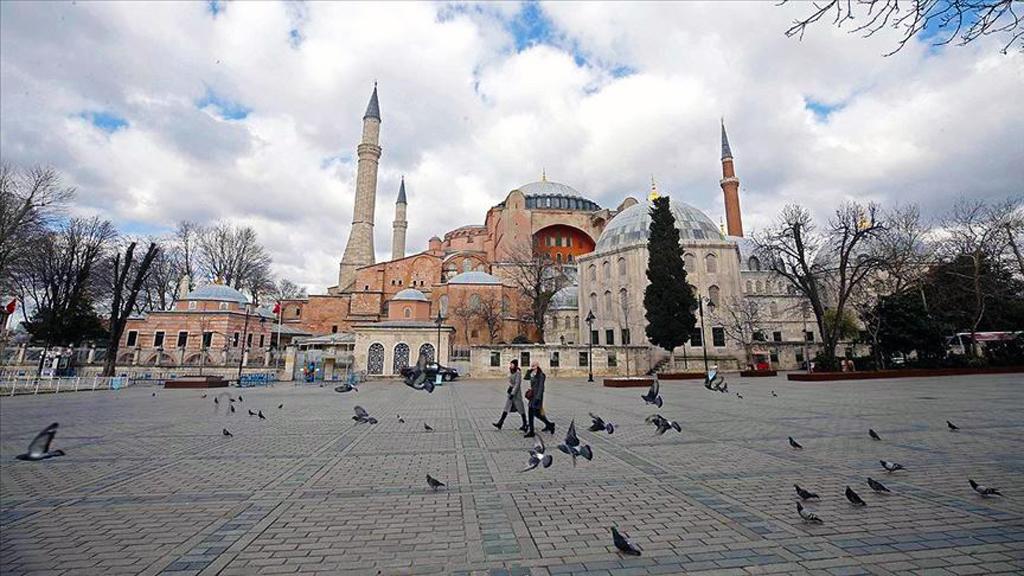 Ayasofya | İstanbul'da yerli ve yabancı turistlerce en çok ziyaret edilen, ticaretin de en yoğun olduğu merkezlerin başında gelen Tarihi Yarımada, koronavirüs salgını nedeniyle en sakin günlerini yaşıyor.