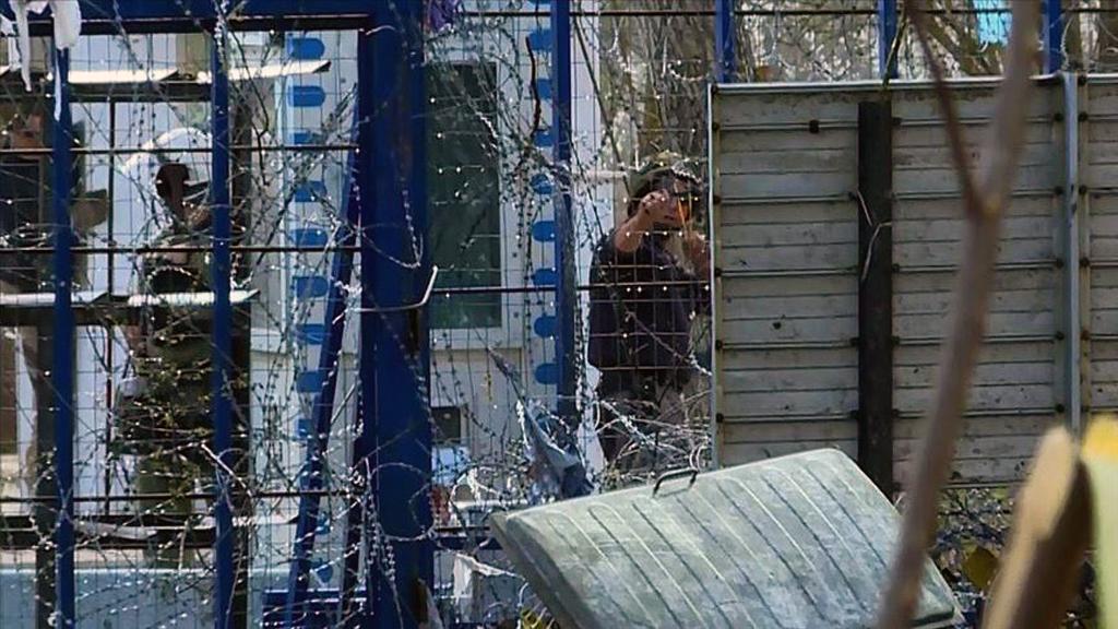 11 Mart 2020 | Yunan askerleri, Pazarkule-Kastanies sınır kapıları arasındaki tampon bölgedeki sığınmacılara sapanla taş atarak müdahale etti. Sınır güçlerinin hedef gözeterek attığı plastik mermi ise bir sığınmacının gözünü kaybetmesine neden oldu. (AA)