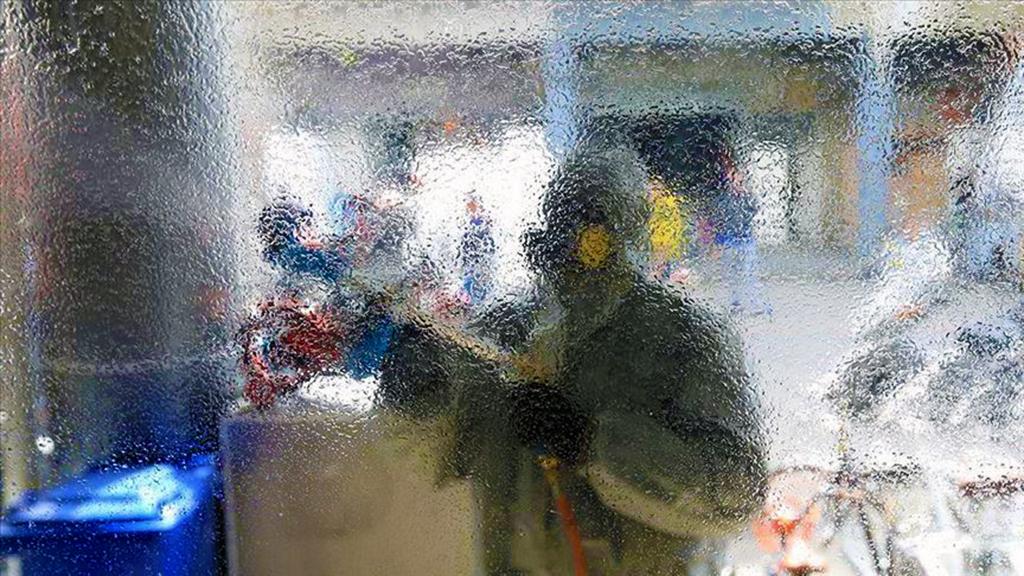 Bağdat'ta bir hastanede Koronavirüs'e karşı dezenfekte çalışması.